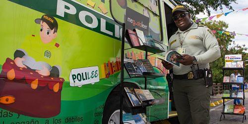 colombia policia lee biblioteca polilee