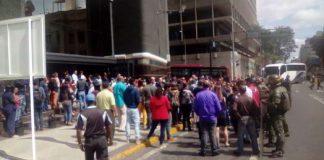 Protesta frente al Ministerio de Finanzas.