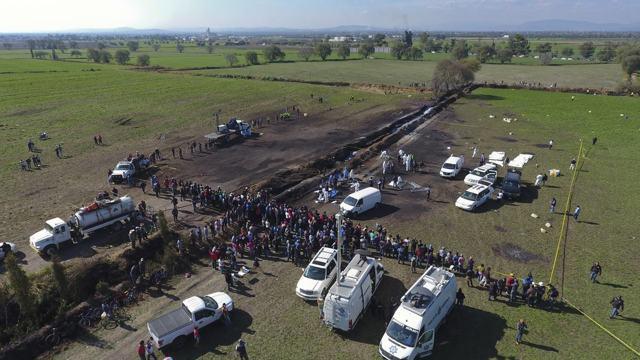 Expertos forenses trabajan en el lugar de la explosión en México