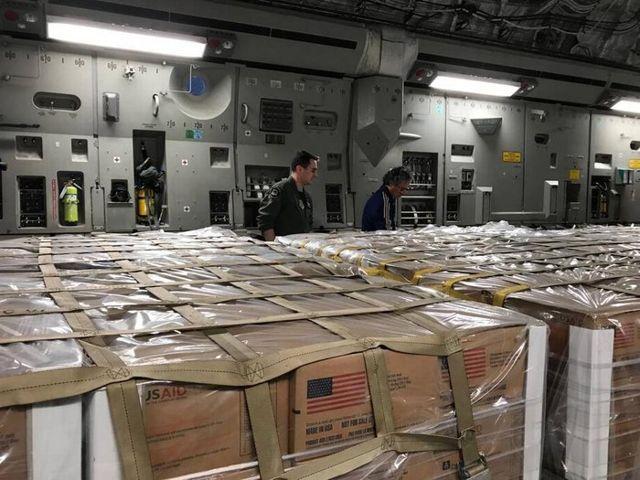 Avión militar con ayuda humanitaria