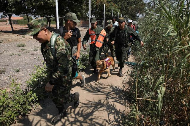 Ejército de Colombia escolta a 2 GNB que buscan refugio.