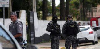 Tres agentes vigilan tras el tiroteo en Suzano.