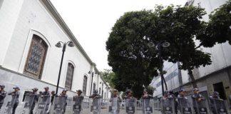 Policías en la Asamblea Nacional
