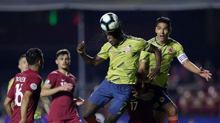 Duván Zapata al momento de hacer el gol.