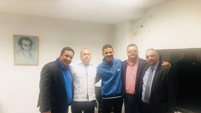 Gilber Caro junto a delegación del Grupo de Boston tras ser liberado.