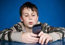 Niño con celular