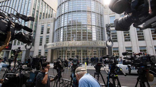 Periodistas esperan frente al tribunal por sentencia del Chapo.