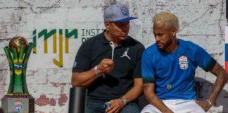 Neymar conversa con su papá en un evento publicitario.