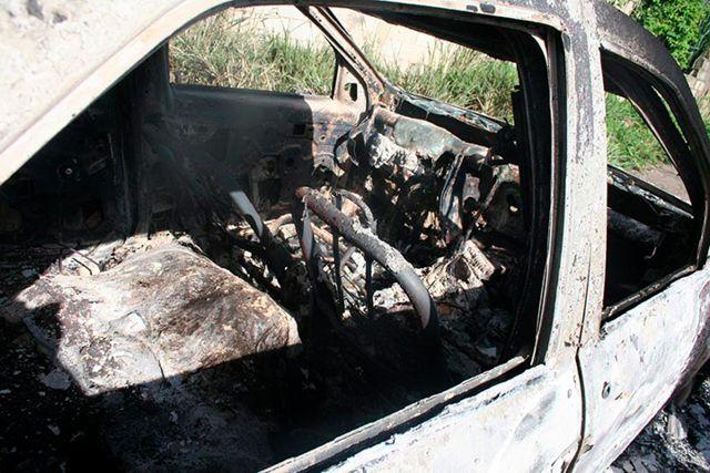 Carro calcinado, con cuatro cadáveres adentro.