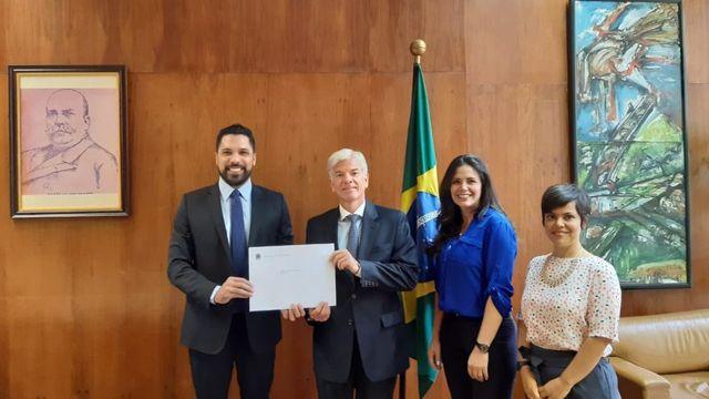 Embajador Fábio Marzano entrega decreto a la Embajada de Venezuela en Brasil.
