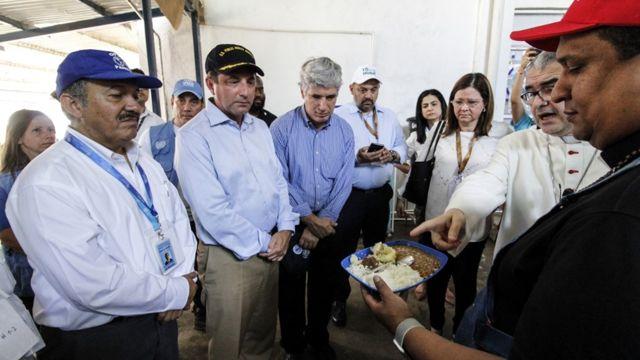Los ministros visitaron un centro de asistencia al migrante.