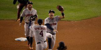Jugadores de los Astros celebrando tras la victoria ante Nacionales en la Serie Mundial..