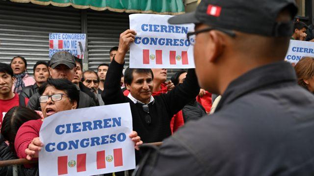 Protestas frente al Congreso de Perú.