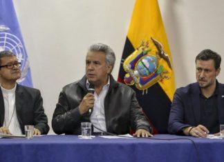 Moreno entre el arzobispo Luis Cabrera y el representante de la ONU Arnaud.