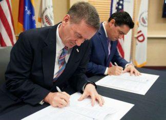 Mark Green, y Carlos Vecchio, durante la firma del acuerdo.
