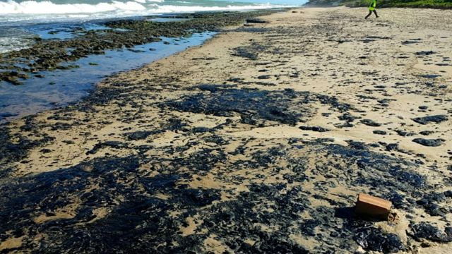 Derrame de petroleo en playas de Brasil.