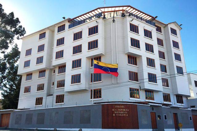 Diplomáticos de Venezuela regresan desde Bolivia