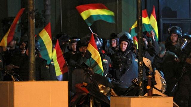 Policías se amotinan contra Evo Morales