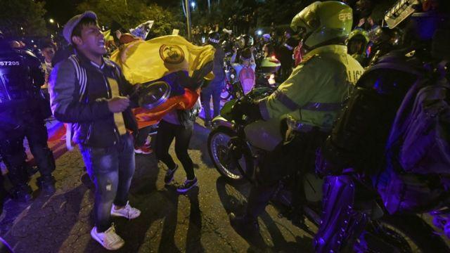 Protesta frente a residencia de Duque desafía el toque de queda