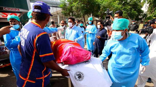 Se estrelló un avión con 99 pasajeros a bordo en Pakistán.