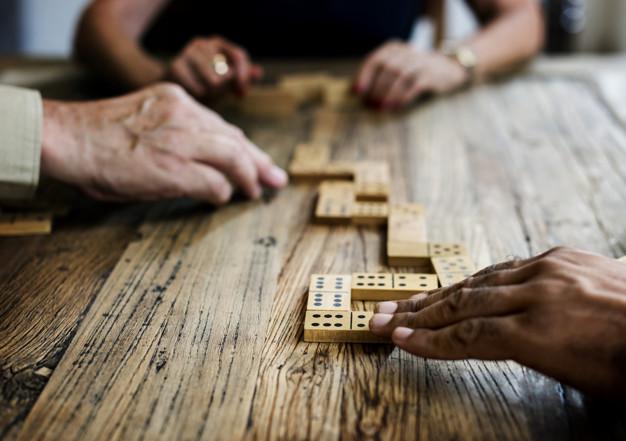 coronavirus jugando dominó