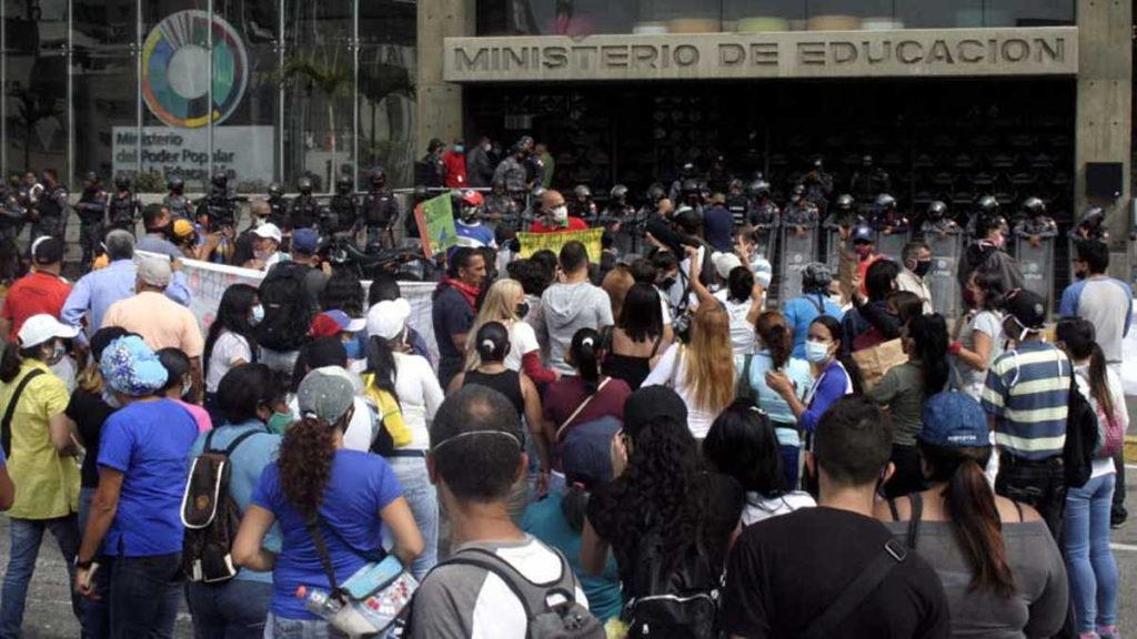 Maestros protestaron frente al Ministerio de Educación