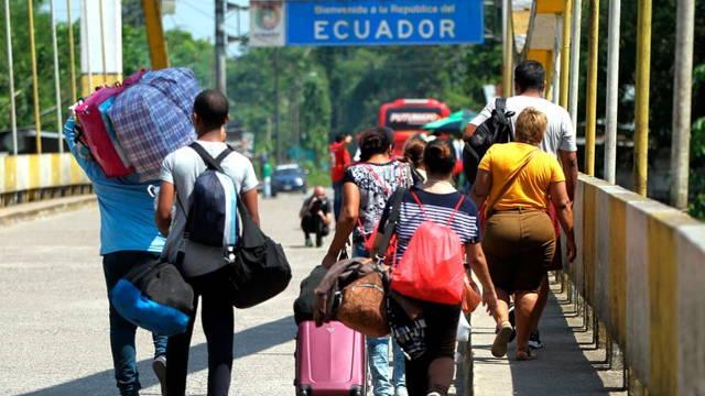 Ciudadanos de Venezuela migrando a Ecuador